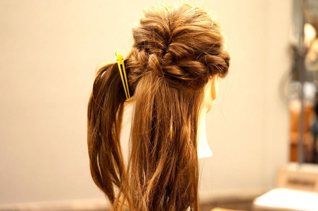 サイドの髪を留めます